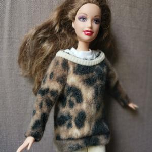 Barbie babaruha párducmintás pulcsi nadrággal, Gyerek & játék, Baba-mama kellék, Játék, Baba játék, Baba, babaház, Varrás, Barbie babára készített, egyedi, kézzel varrott párduc mintás meleg pulcsi választható nadrággal. A ..., Meska
