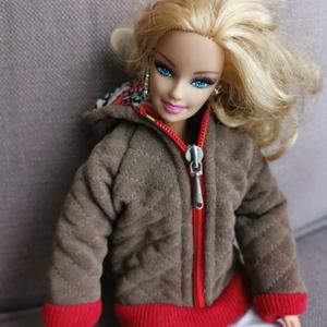 Barbie babaruha steppelt kapucnis kabát, Játék & Gyerek, Baba & babaház, Babaruha, babakellék, Varrás, Barbie babára készített, egyedi, kapucnis, steppelt kabát. A steppelést az anyagra magam készítettem..., Meska