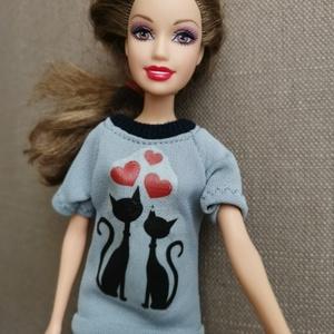 Barbie babaruha szürke mintás póló, Játék & Gyerek, Baba & babaház, Babaruha, babakellék, Varrás, Eladóak a képeken látható szürke színű matricás pólók Barbie öltöztetéséhez, 3 féle matricával. A ma..., Meska