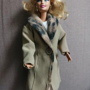 Barbie babaruha hosszú prémes kabát, Játék & Gyerek, Baba & babaház, Babaruha, babakellék, Varrás, A képeken látható hosszú kabát az őszi-téli napokon melegíti a babákat, alapdarab az elegáns megjele..., Meska