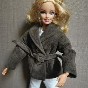 Barbie babaruha megkötős kabát, Játék & Gyerek, Baba & babaház, Babaruha, babakellék, Varrás, A képeken látható félhosszú kabát az őszi-téli napokon melegíti a babákat, alapdarab az elegáns megj..., Meska