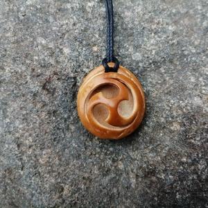 """Mitsu Tomoe Szimbólum Medál, Ékszer, Medál, Nyaklánc, Ékszerkészítés, Famegmunkálás, Sárgabarackmagból kézzel faragott medál. A minta egy ősi Japán szimbólum a \""""Mitsu Tomoe\"""" mely a kozm..., Meska"""