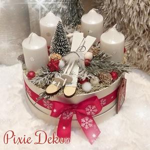 Havas adventi box, Otthon & lakás, Dekoráció, Ünnepi dekoráció, Karácsony, Karácsonyi dekoráció, Lakberendezés, Asztaldísz, Virágkötés, Téli hangulatú adventi box, havas tuja ágakkal, fenyővel és egy síléc párral, klasszikus piros színn..., Meska