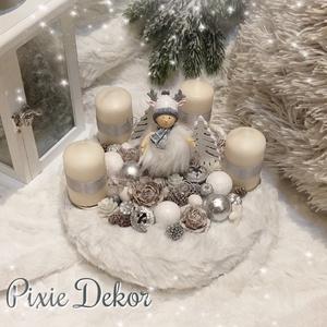 Szarvas sapis fiú-adventi koszorú, Otthon & lakás, Dekoráció, Ünnepi dekoráció, Karácsonyi, adventi apróságok, Karácsonyi dekoráció, Lakberendezés, Asztaldísz, Virágkötés, A szalma alapot fehér szörmével borítottam, középre egy szarvas sapkás kisfiú figura került, körben ..., Meska