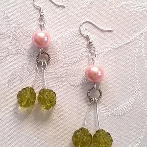 Zöld és rózsaszín gyöngyök, Ékszer, Fülbevaló, Ékszerkészítés, Rózsaszín tekla /10 mm/ és zöld /10 mm/ akril gyöngyökből állítottam össze ezt a fülbevalót.\nSzerelé..., Meska
