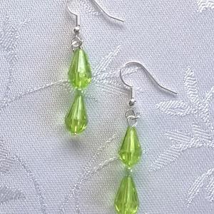 Zöld gyöngyöcskék, Ékszer, Fülbevaló, Ékszerkészítés, Ez egy nagyon egyszerű kis fülbevaló, de szerintem, nagyon aranyos.   Áttetsző nagyon szép zöld gyön..., Meska
