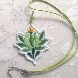 Zöld nyaklánc, Ékszer, Nyaklánc, Medálos nyaklánc, Ékszerkészítés, Hímzés, Ismét eltértem a népművészet színeitől. :) Ezt a nagyon szép kis kalocsai virágot kordonet selyem fo..., Meska