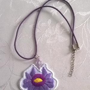 Lila hímzett virág /nyaklánc/, Medálos nyaklánc, Nyaklánc, Ékszer, Ékszerkészítés, Hímzés, Ezt az aranyos kis virágot két fajta lila puppets perlével hímeztem, fehér műszálas anyagra. Színját..., Meska