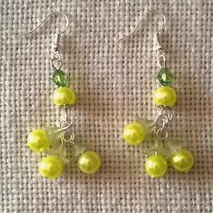 Zöld gyöngyöcskék, Ékszer, Fülbevaló, Lógós fülbevaló, Ékszerkészítés, Zöld műanyag tekla és akril gyöngyökből állítottam össze ezt az aranyos kis fülbevalót. A az alsó gy..., Meska