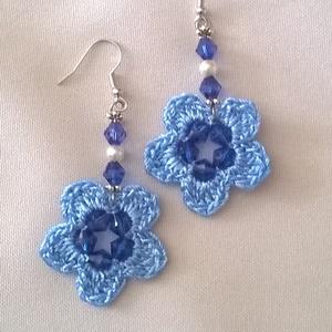 Kék horgolt fülbevaló, Ékszer, Fülbevaló, Lógós kerek fülbevaló, Ékszerkészítés, Horgolás, Nagyon szép kék fonalból horgoltam ezt a fülbevalót, ez is picike, 3,5x3,5 cm. Közepét és a virág sz..., Meska