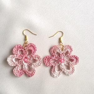 Rózsaszín virágocska, Ékszer, Fülbevaló, Lógós kerek fülbevaló, Ékszerkészítés, Horgolás, Rózsaszín színátmenetes selyem fonalból horgoltam ezt a virágot, a közepét  s.rózsaszín 4mm-es tekla..., Meska