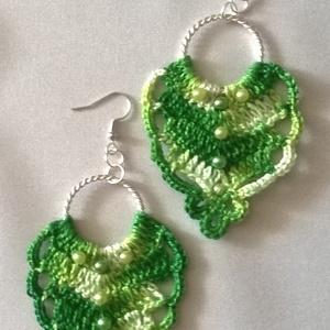 Zöldike  /horgolt fülbevaló/, Ékszer, Fülbevaló, Lógó fülbevaló, Ékszerkészítés, Horgolás, Nagyon szép zöld színátmenetes  puppets perlé fonalból horgoltam ezt a fülbevalót. Alapja csoda szép..., Meska
