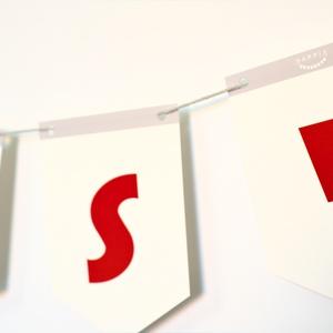 Vicces feliratos füzér, girland piros betűkkel, fali dekoráció gyerekszobába, piros OOPS! felirat, füzér képek, betűk (PixMarket) - Meska.hu