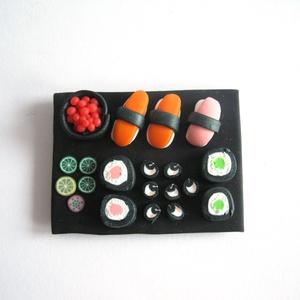 Sushi hűtőmágnes ékszergyurmából (PixyHill) - Meska.hu