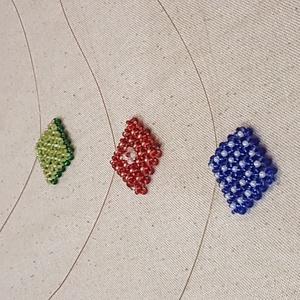 Nyaklánc Gyöngy medállal, Ékszer, Nyaklánc, Gyöngyfűzés, gyöngyhímzés, Nyakláncok, sodronyra fűzött, gyöngyből készült négyzet alakú medállal. \n, Meska