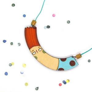 \'Repülő lány\' - nyaklánc, Ékszer, Nyaklánc, Medálos nyaklánc, Ékszerkészítés, Festészet, Kézzel festett nyaklánc, fából, átlátszó fényes lakkal kezelve.\nA lánc színes selyemzsinórból készül..., Meska