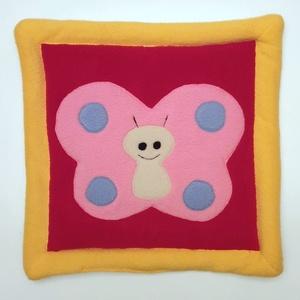 Pink pillangós fejalátét piros alapon sárga kerettel, Kép & Falikép, Dekoráció, Otthon & Lakás, Patchwork, foltvarrás, Varrás, Ezt a párnát piciknek fejalátétnek, ovisoknak, kisiskolásoknak ülőpárnának ajánlom.\nA termék eleje b..., Meska