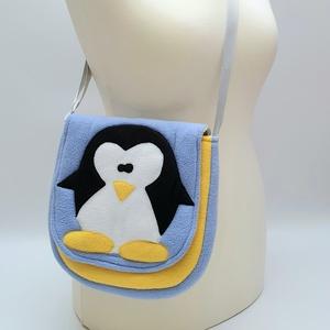Pingvines válltáska kék-sárga színkombinációval, Gyerek & játék, Baba-mama kellék, Táska, Divat & Szépség, Táska, Válltáska, oldaltáska, Patchwork, foltvarrás, Varrás, A válltáska külső része bolyhosodásmentes micropolárból készült, a bélés pedig pamutvászonból. A 2 c..., Meska