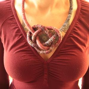 Csavart kötél nyaklánc sötét pasztell színekben, Ékszer, Nyaklánc, Statement nyaklánc, Csomózás, Ékszerkészítés, 8mm átmérőjű kötélre csavartam 100% pamut fonalat, mályva, kék, fekete színben. Az így kapott alapan..., Meska
