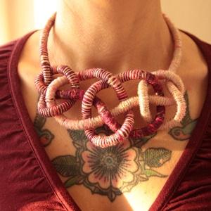 Csavart kötél nyaklánc pasztell színekben, Ékszer, Nyaklánc, Statement nyaklánc, Csomózás, Ékszerkészítés, 6mm átmérőjű kötélre csavartam 100% pamut fonalat, mályva, rózsaszín, hideg arany színben. Az így ka..., Meska
