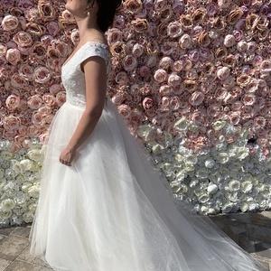 Azálea, Menyasszonyi ruha, Ruha, Esküvő, Varrás, Ujjatlan, elől-hátul mélyen dekoltált menyasszonyi ruha, finoman csillámló flitterrel díszített csip..., Meska