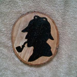 Sherlock Holmes- pirográf kép, Otthon & Lakás, Dekoráció, Kép & Falikép, Famegmunkálás, Sherlock Holmes sziluettjét égettem bele egy falapba. Kb. 20 cm átmérőjű, lakkozott. Kérésre kifúrom..., Meska