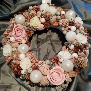 Rózsaszín virágos Karácsonyi kopogtató, Otthon & lakás, Lakberendezés, Dekoráció, Ünnepi dekoráció, Karácsony, Virágkötés, Egyedi, saját készítésű, ragasztásos technikával készült, rózsaszín virágos karácsonyi kopogtató\n20c..., Meska