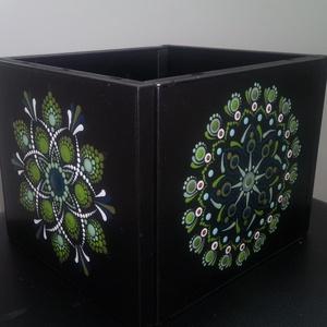 CD tokokból készült doboz pontozott mandalákkal díszítve, Otthon & Lakás, Tárolás & Rendszerezés, Doboz, Festészet, Mindenmás, Zöld színezetű doboz: olívazöld-zöldarany-kékeszöld-halvány zöld-fehér festékeket használtam.\nLőttem..., Meska