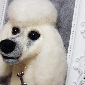 Uszkár kutya képkeretben, Képkeret, Dekoráció, Otthon & Lakás, Nemezelés, \nEgyedi tűnemezelt technikával készült uszkár kutyus gazdit keres.\nElegáns megjelenésével szép dísze..., Meska