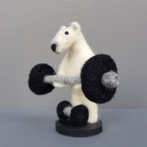 Testépítő jegesmedve, Férfiaknak, Dekoráció, Otthon & lakás, Dísz, Nemezelés, A világ egyik legerősebb állata a jegesmedve, de még neki is szinten kell tartania erőnlétét, ezért ..., Meska