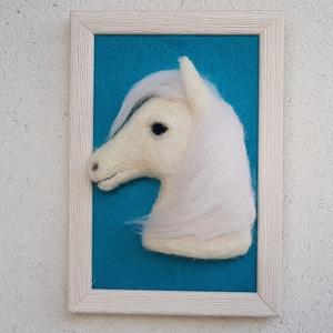 Tűnemezelt fehér ló képkeretben, Otthon & lakás, Nemezelés, Szereted a lovakat?\nŐ egy gyönyörű fehér paripa. Egy lórajongó otthonának dísze lehet.\nAsztalra de f..., Meska
