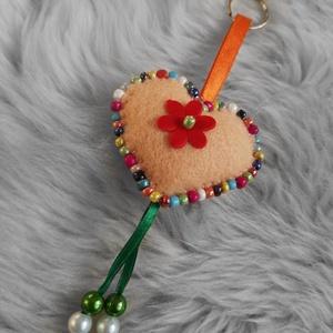 Szivecske kulcstartó , Kulcstartó szekrény, Bútor, Otthon & Lakás, Varrás, Kézzel készített színes szivecske kulcstartó/táska dísz. , Meska