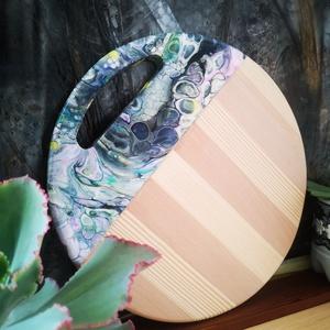 Fluid art vágodeszka, Otthon & lakás, Konyhafelszerelés, Vágódeszka, Képzőművészet, Vegyes technika, Festett tárgyak, Famegmunkálás, Akril folyatással és üveg gyanta borítással készült, színes vágódeszka. 31 cm átmérőjű fenyő és bükk..., Meska