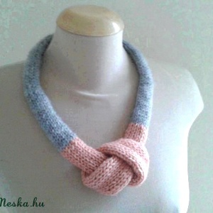 Kötött nyaklánc púder rózsaszín - szürke, Statement nyaklánc, Nyaklánc, Ékszer, Kötés, Eladó a képen látható egyedi kötött nyaklánc. \nRendelésre másik színből is elkészítem., Meska