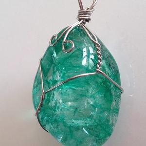 Zöld kristályokból és drótból készült medál (pongikata) - Meska.hu