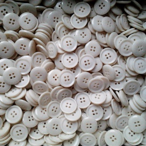 20 mm-es fehé gomb 50 db, Gomb, Dekorációs kellékek, Egyéb kellék, Öv & Övcsat, Ruha & Divat, Varrás, Gomb, Műanyag 4 lyukú fehér gomb, ahogyan a képen látható.\nMérete: 20 mm\nA csomag ára 50 db gombra vonatko..., Meska