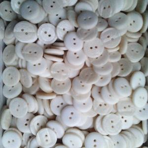 17 mm-es gomb csont színű 50 db, Gomb, Dekorációs kellékek, Egyéb kellék, Öv & Övcsat, Ruha & Divat, Varrás, Gomb, Műanyag 2 lyukú műanyag gomb, ahogyan a képen látható.\nMérete: 17 mm\nA csomag ára 50 db gombra vonat..., Meska
