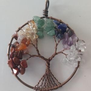 Csakra harmonizáló életfa medál kristályokból és vörösréz drótból uniszex, Ékszer, Egyéb, Férfiaknak, Gyöngyfűzés, gyöngyhímzés, A csakrák színeivel harmonizáló kristályokból, és ezüst színű drótból készült medál.\nMedál ármérője:..., Meska