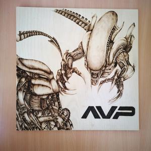 Alien vs Predator pirográf kép , Kép & Falikép, Dekoráció, Otthon & Lakás, Gravírozás, pirográfia, 30*30-as pirográf technikával készült nyírfa lemezre égetett kép , Meska