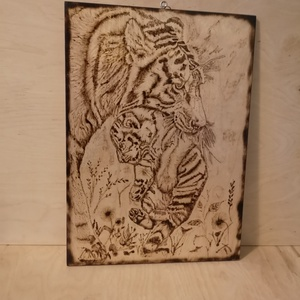 Tigris mama, Otthon & Lakás, Dekoráció, Falra akasztható dekor, Gravírozás, pirográfia, Máté József alkotása\nA /4-es méretű nyírfa lapra égetett kép \nAkasztós , Meska