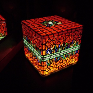 Nagy piros tárolódoboz és hangulatlámpa egyben , Dekoráció, Otthon & lakás, Lakberendezés, Lámpa, Hangulatlámpa, Mozaik, \nNagy kocka alakú hangulatlámpa, üvegmozaik díszítéssel. A doboz teteje levehető, így tárolóként is ..., Meska
