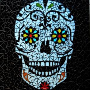 """REKREDENC - \""""Virágzó koponya\"""" - mozaik kép  , Hangszer & Hangszertok, Művészet, Üvegművészet, Mozaik, Üveglapra, üvegmozaikból készített falikép, különleges mintával.\n\n\n\nMéretei\n\n55x44 cm\n\n\nNAGYON SZÉPE..., Meska"""