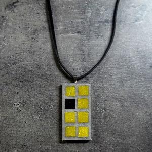 Mozaik medál - sárga kockás INGYEN POSTA!, Medál, Nyaklánc, Ékszer, Ékszerkészítés, Mozaik, Kézzel készült mozaik medál,a 70-es évek stílusában. Szürke alapon sárga és fekete mozaikkal, fekete..., Meska