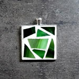 Mozaik medál - zöld négyzet INGYEN POSTA!, Medál, Nyaklánc, Ékszer, Ékszerkészítés, Mozaik, Kézzel készült mozaik medál zöld mozaikkal fehér alapon. \n\nVálaszthatsz a medálhoz fekete vagy ezüst..., Meska