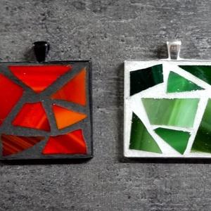 Mozaik medál - piros vagy zöld négyzet INGYEN POSTA!, Ékszer, Medál, Nyaklánc, Ékszerkészítés, Mozaik, Kézzel készült mozaik medál, vörös vagy zöld mozaikkal.\n\nJelezd üzenetben, hogy melyik színt szeretn..., Meska
