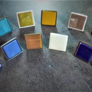 Üvegmozaik gyűrűk több színben (2,5x2,5 cm) - INGYEN POSTA, Ékszer, Gyűrű, Üveglencsés gyűrű, Ékszerkészítés, Mozaik, AZ ÁR 1 db-ra VONATKOZIK!\n\nÜvegmozaik felhasználásával, kézzel készült gyűrűk több színben (2,5x2,5 ..., Meska