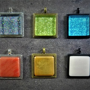 Négyzetes üvegmozaik medálok, több színben (2,5x2,5 cm)   - INGYEN POSTA, Ékszer, Nyaklánc, Medálos nyaklánc, Ékszerkészítés, Mozaik, Flitteres, irizáló vagy fluoreszkáló üvegmozaikból kézzel készült medálok (2,5x2,5 cm)\n\nKérhető feke..., Meska