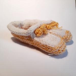 elegáns sárga-fehér kötött baba cipő, Ruha & Divat, Babaruha & Gyerekruha, Babacipő, Kötés, Babáknak készített, elegáns kötött kiscipő. Színe miatt akár kislánynak, kisfiúnak is beépíthető a r..., Meska