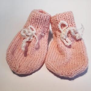 rózsaszín kötött baba zokni, Ruha & Divat, Babaruha & Gyerekruha, Babacipő, Kötés, Kislány babáknak készített, rózsaszín árnyalatú, fehér madzagos, kötött kiscipő/zokni. A madzag segí..., Meska