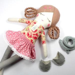 Lány Baba Rongybaba Játékbaba  Textiljáték Lili Oltöztetős Baba, Játék, Gyerek & játék, Baba játék, Baba, babaház, Plüssállat, rongyjáték, Újrahasznosított alapanyagból készült termékek, Varrás, Lili egy öltöztetős lány baba aki kedves barát lesz vagy vidám útitárs. Kis szoknyája pamut csipkéve..., Meska